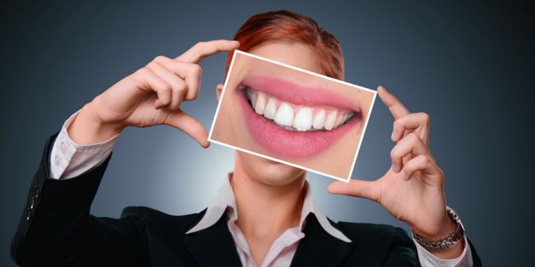 Paski wybielające a wybielanie zębów u dentysty – podobieństwa i różnice