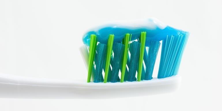 Pasta wybielająca czy paski? Którą metodę wybrać do wybielenia zębów?
